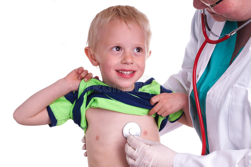 El doctor examina a un niño joven foto de archivo