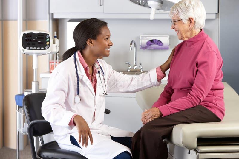 El doctor Examining Senior Female Patient imagenes de archivo