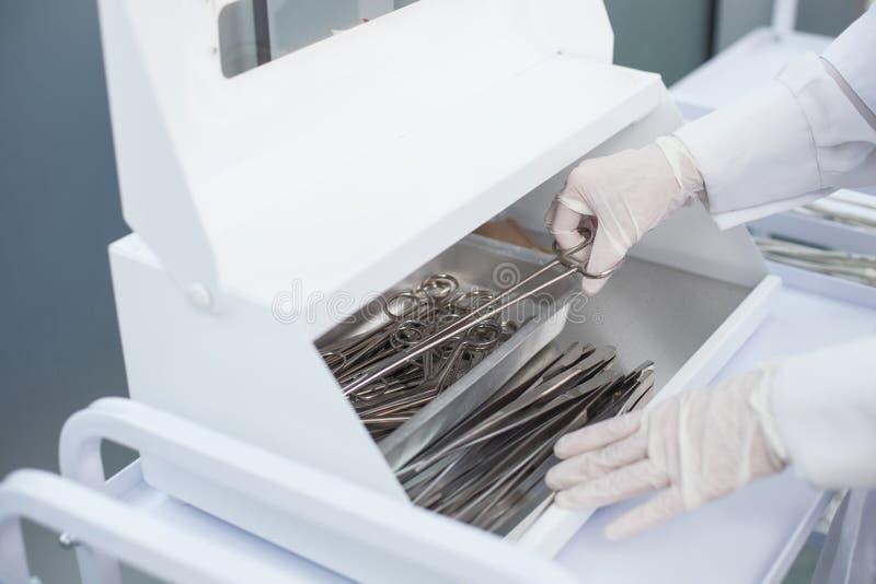 El doctor experimentado está trabajando con las herramientas imágenes de archivo libres de regalías