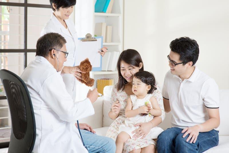El doctor Giving Injection imagen de archivo