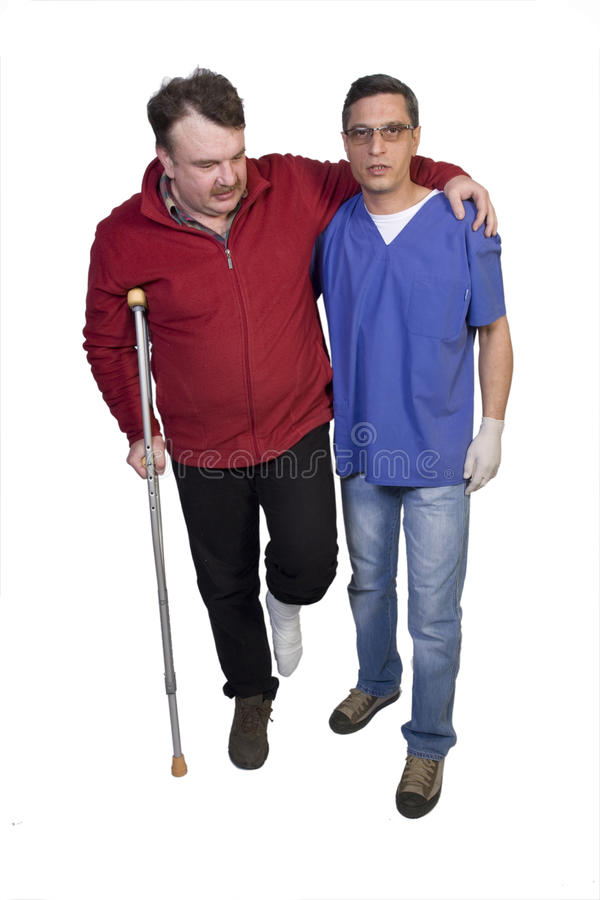 El doctor Help un hombre con la pierna quebrada imagenes de archivo