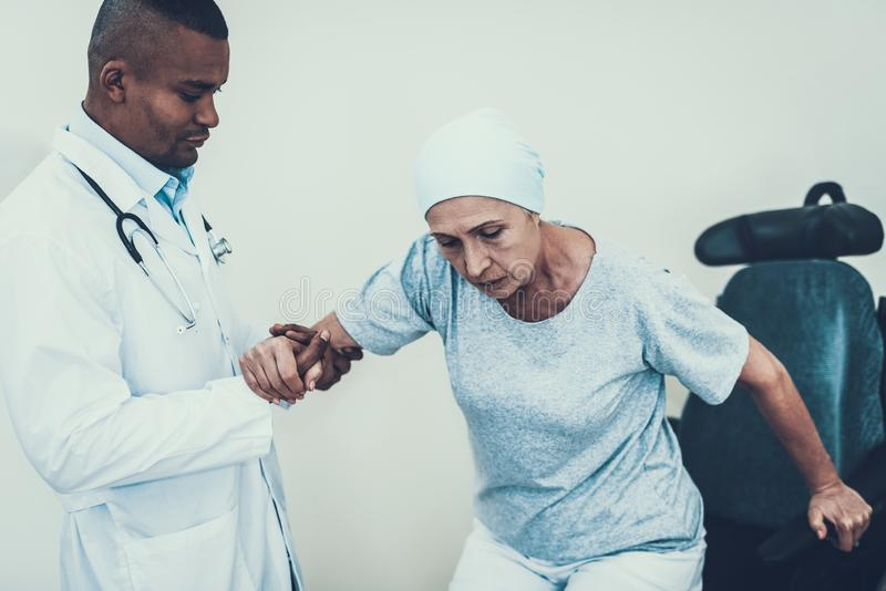 El doctor Helps cáncer Silla de ruedas Estetoscopio fotografía de archivo