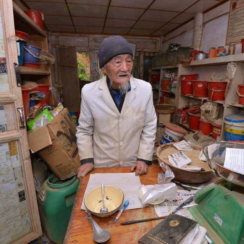 El doctor herbario famoso Ho que prepara la medicina herbaria tradicional fotos de archivo