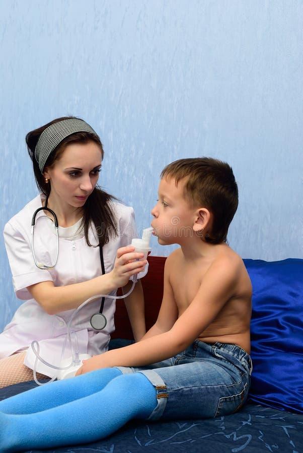 El doctor inhala al muchacho fotografía de archivo