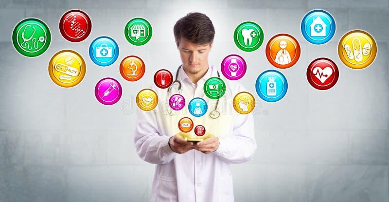El doctor joven Accessing Medical Apps en Smartphone foto de archivo libre de regalías