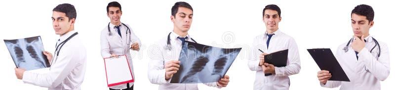 El doctor joven con imagen de la radiografía en blanco foto de archivo