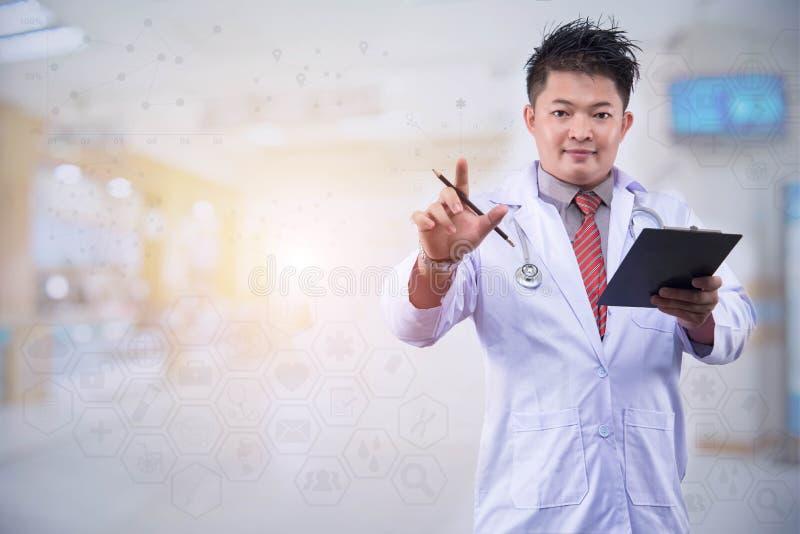 El doctor joven se prepone trabajar en los gráficos de ordenador portátil digitales modernos de la tableta del teléfono elegante  imagen de archivo