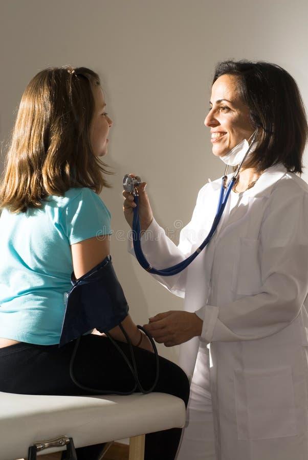 El doctor Listens el latido del corazón - vertical fotografía de archivo libre de regalías