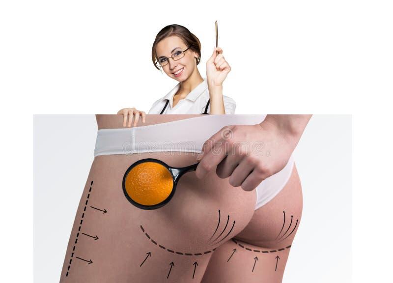El doctor lleva a cabo el cartel con los battocks de la mujer fotos de archivo libres de regalías