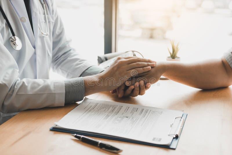 El doctor lleva a cabo las manos y deja confortar a consejeros al paciente imagen de archivo