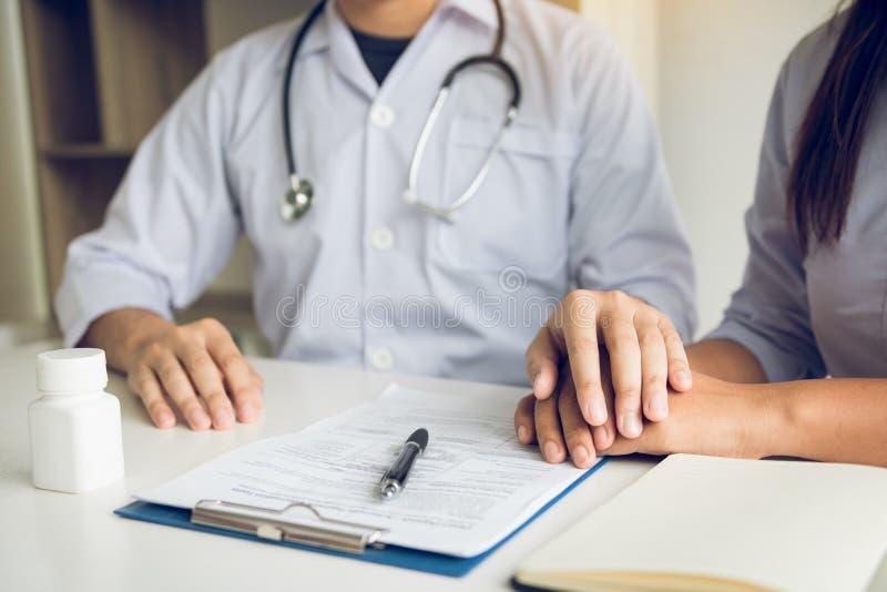 El doctor lleva a cabo las manos y deja confortar a consejeros al paciente imagenes de archivo