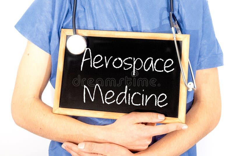 El doctor muestra la informaci?n sobre la pizarra: medicina aeroespacial Concepto M?DICO fotos de archivo