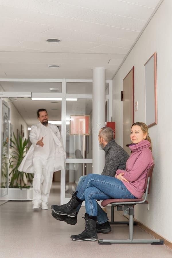 El doctor o el cirujano está dando a mujer un apretón de manos imagen de archivo libre de regalías