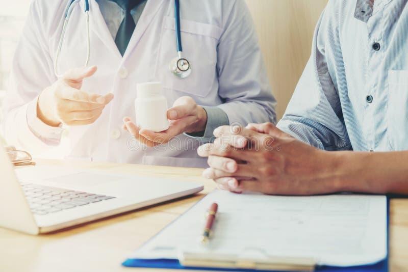 El doctor o el médico recomienda la prescripción médica de las píldoras al mal imágenes de archivo libres de regalías