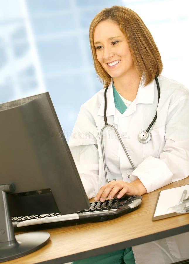 El doctor ocupado Woman Typing foto de archivo libre de regalías