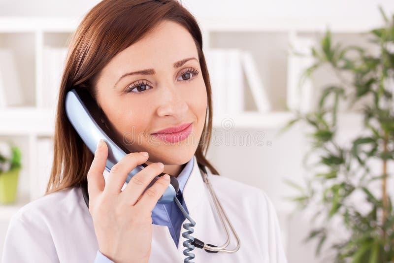 El doctor paciente de sexo femenino sonriente feliz le proporciona la consulta fotos de archivo libres de regalías