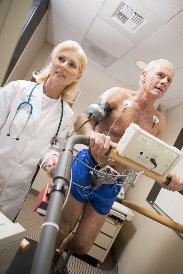 El doctor With Patient On Treadmill imagenes de archivo