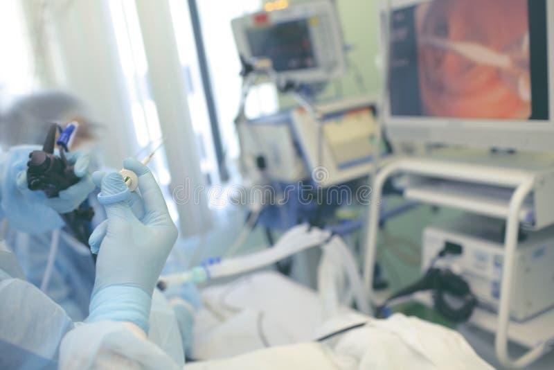 El doctor proporciona procedimiento médico de la endoscopia imagen de archivo