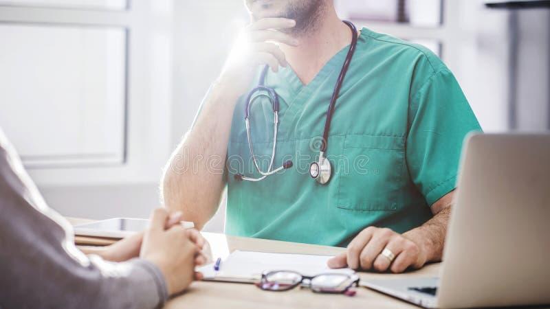El doctor que habla con el paciente fotos de archivo