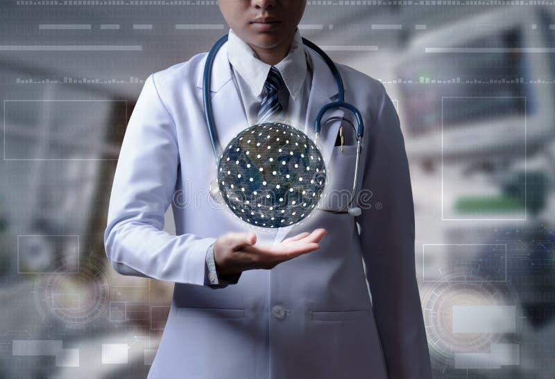 El doctor que lleva a cabo la mano muestra la conexión global o por todo el mundo conecta imagen de archivo libre de regalías