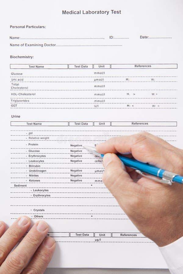 El doctor Reviewing Test Results fotografía de archivo