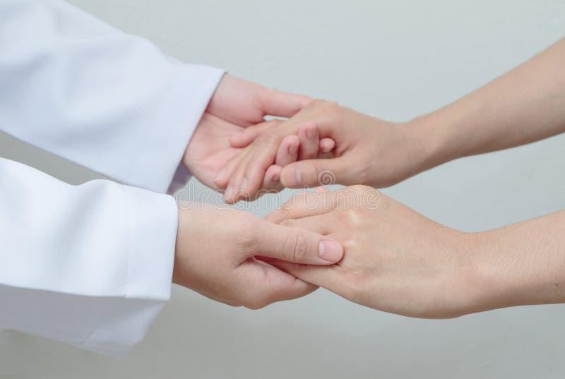 El doctor sacude las manos con un paciente imagen de archivo libre de regalías