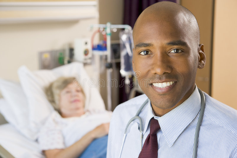 El doctor Smiling, colocándose en sitio de hospital imagenes de archivo