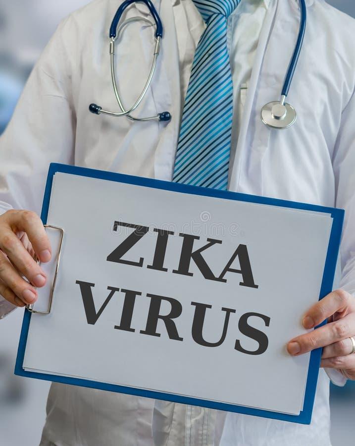 El doctor sostiene el tablero con el virus de ZIKA escrito fotografía de archivo libre de regalías