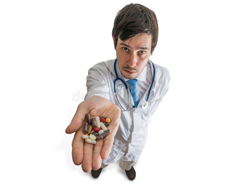 El doctor sostiene muchas píldoras disponibles Visión desde la tapa imagen de archivo