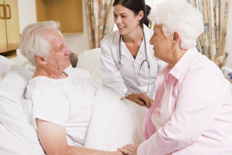 El doctor Talking To Senior Couple fotografía de archivo libre de regalías