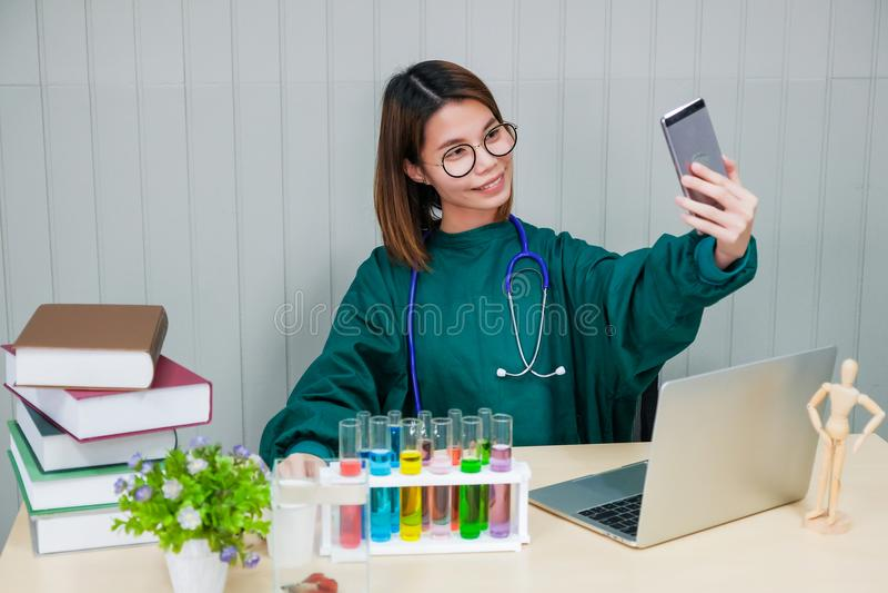 El doctor tomó una imagen de sí mismo con su teléfono móvil imagen de archivo