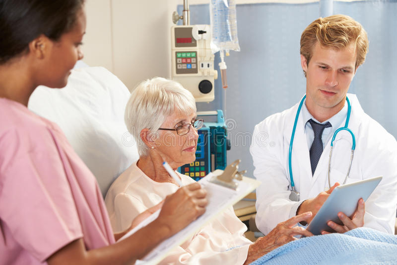 El doctor Using Digital Tablet en consulta con paciente mayor fotografía de archivo libre de regalías