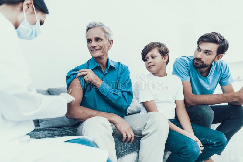El doctor Visiting Family para inyectar la insulina imagenes de archivo