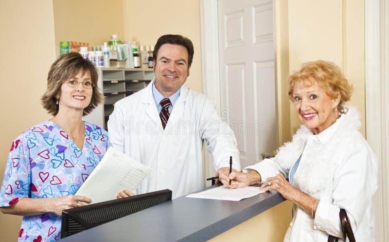 El doctor y el personal saludan al paciente foto de archivo