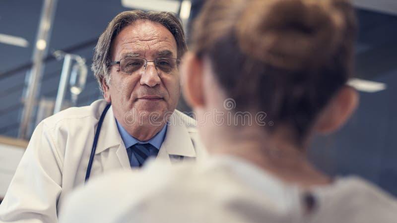 El doctor y el paciente están hablando imágenes de archivo libres de regalías