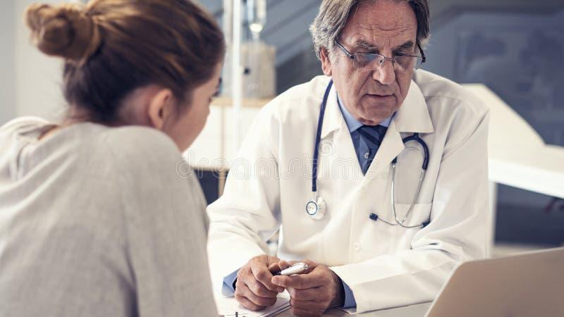 El doctor y el paciente están hablando fotografía de archivo libre de regalías