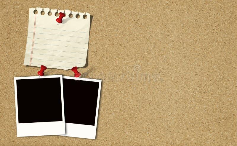 El documento de nota y las fotos inmediatas sobre corcho suben imágenes de archivo libres de regalías