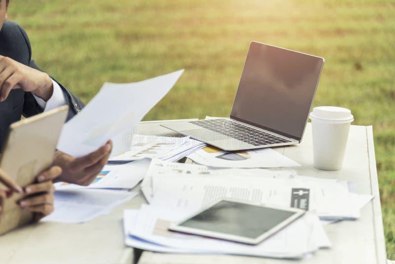 El documento del análisis de negocio con la tableta y el ordenador portátil en la tabla aventajan imágenes de archivo libres de regalías