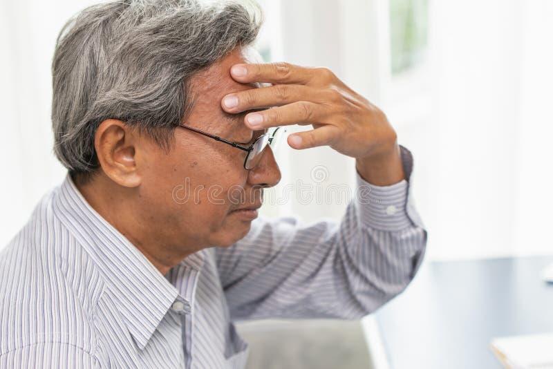 El dolor asiático del dolor de cabeza de la anciano sufre de la tensión imagen de archivo libre de regalías