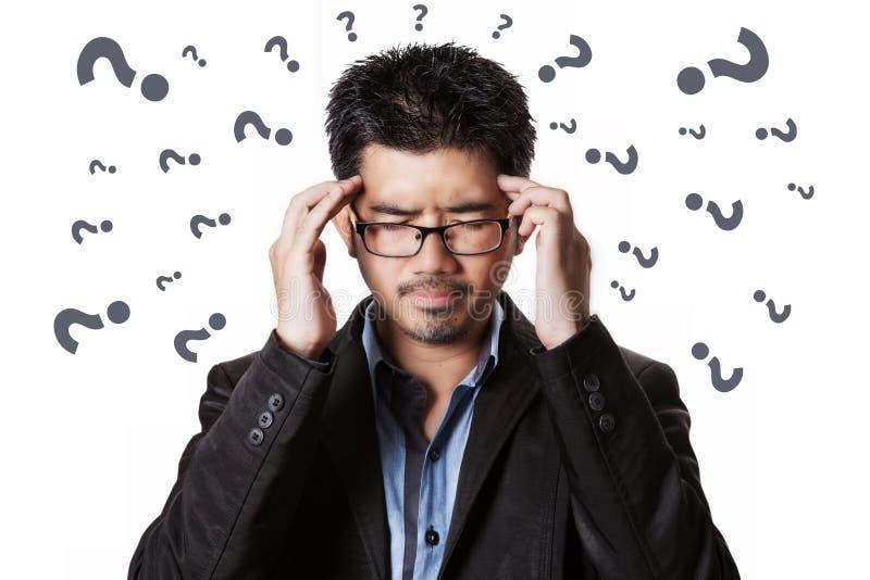 El dolor de cabeza asiático y él del hombre de negocios tiene tensión fotografía de archivo