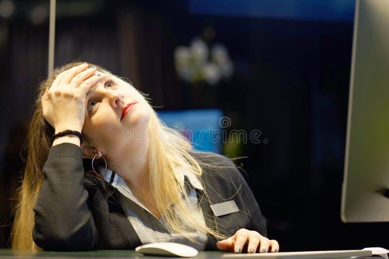 El dolor de cabeza del ` s de la muchacha La muchacha exprime su cabeza imagen de archivo
