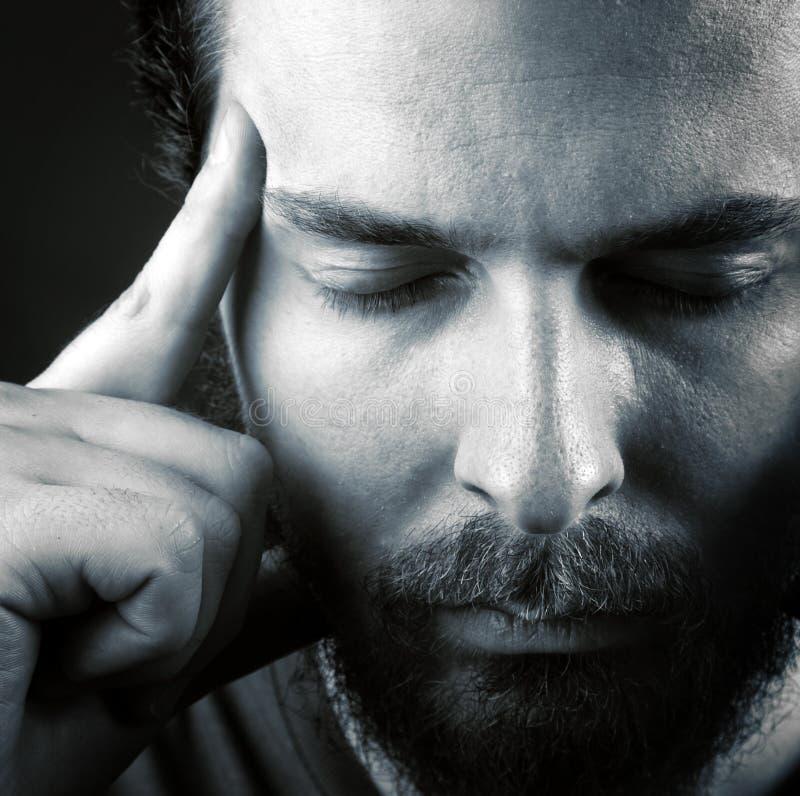 El dolor de cabeza o piensa concepto de la meditación