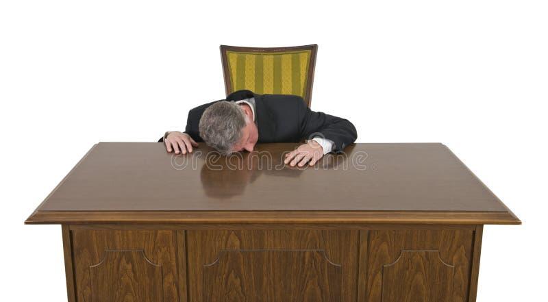 El dormir agujereado divertido en el hombre de negocios del trabajo aislado foto de archivo libre de regalías