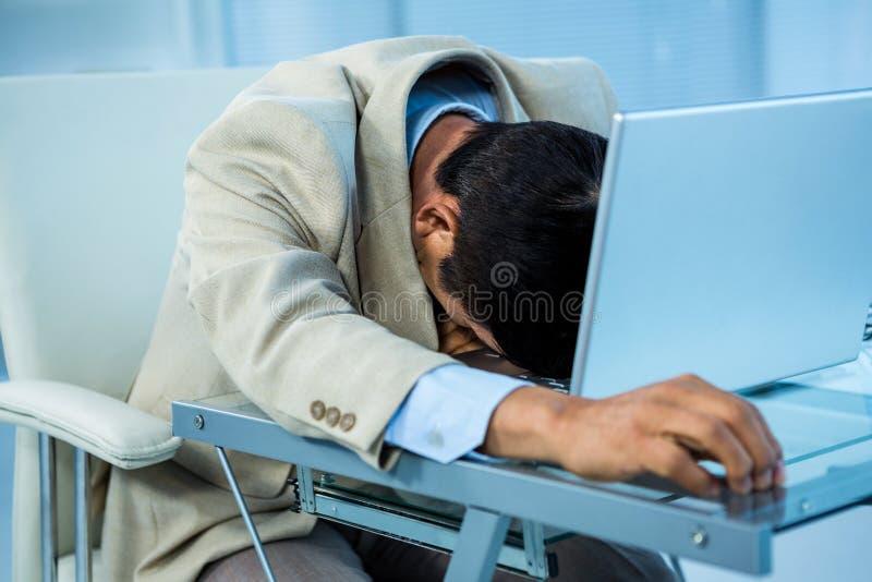 El dormir asiático cansado del hombre de negocios fotografía de archivo