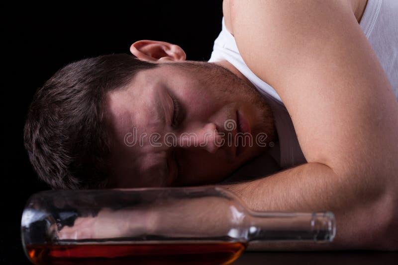 El dormir borracho del hombre imagen de archivo