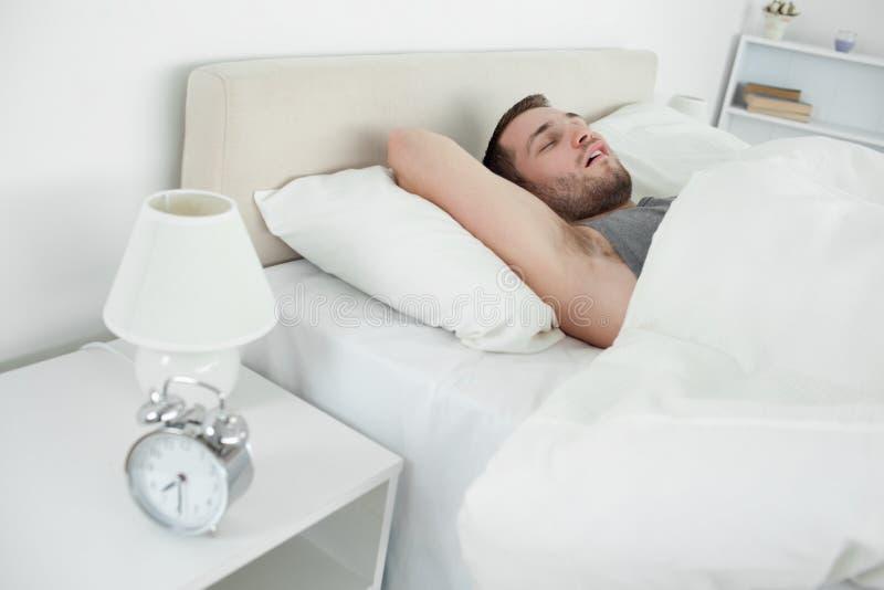 El dormir cansado del hombre fotos de archivo