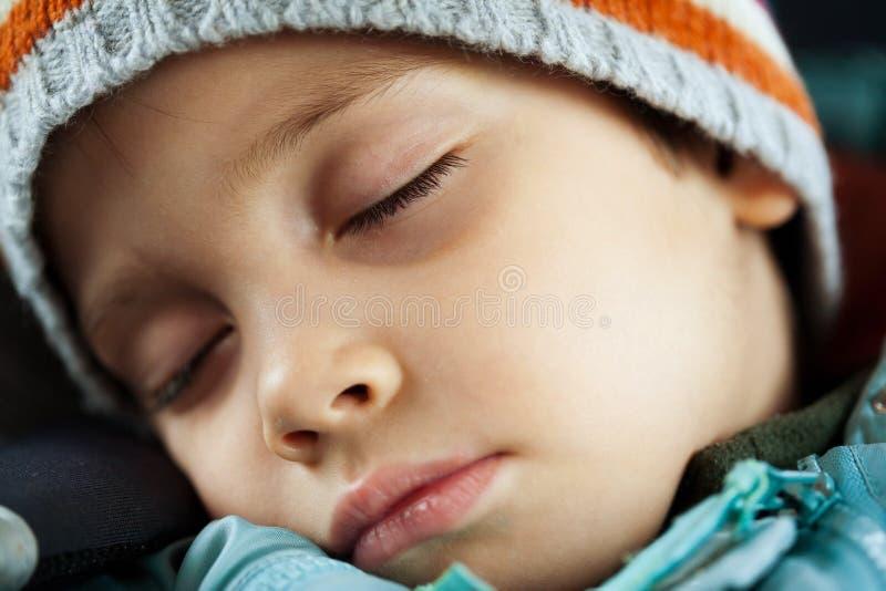 El dormir cansado del niño fotos de archivo