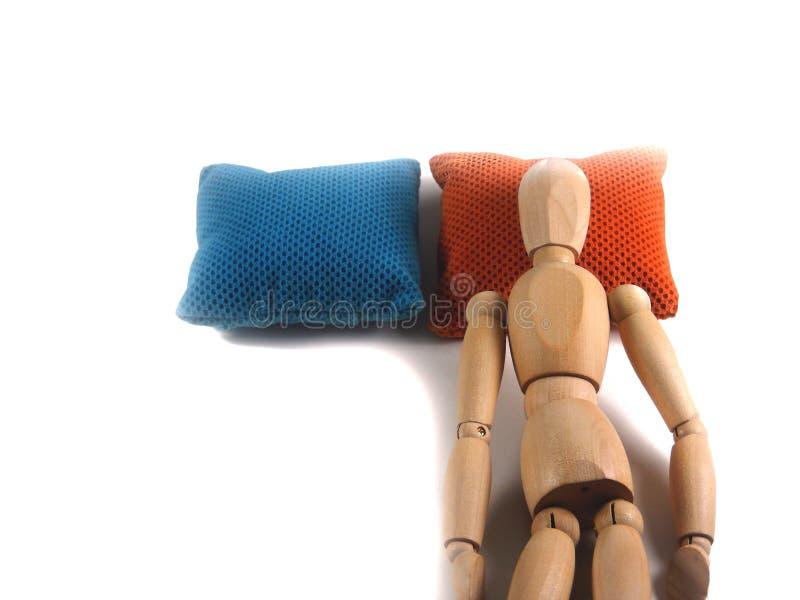 El dormir cara arriba en la almohada de cama, la muñeca de madera o el maniquí f de mentira imagen de archivo libre de regalías