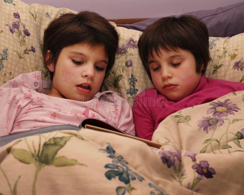 El dormir con la historia imagen de archivo libre de regalías