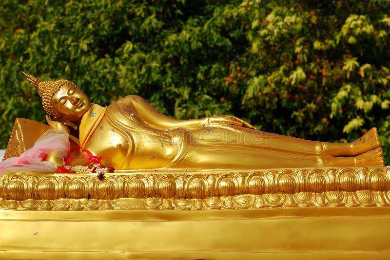 El dormir de buddha del oro fotografía de archivo